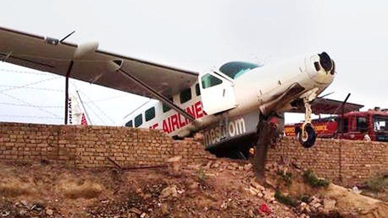 दीवार से टकराया विमान